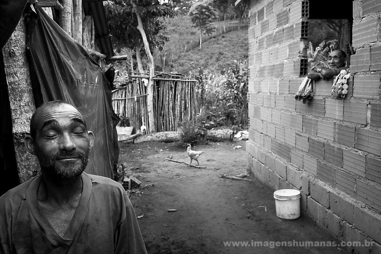 Comunidade Baixão, município de Almenara na região do baixo Jequitinhonha, Norte de Minas Gerais. Nessa região é possível encontrar três tipos de biomas: caatinga, cerrado e mata atlântica. A ASA Brasil, Articulação no Semiárido Brasileiro, tem implementado em diversas comunidades no Norte de Minas o Programa Uma Terra e Duas Águas (P1+2) e o Programa Um Milhão de Cisternas (P1MC) que tem como objetivo viabilizar a captação e armazenamento de água de chuva nessas comunidades para consumo humano, criação de animais e produção de alimentos. Entre os parceiros para implementação dos projetos tem destaque na região a Cáritas Diocesana de Almenara. Manoel Ferreira Damasceno e .Antônio José Damasceno..