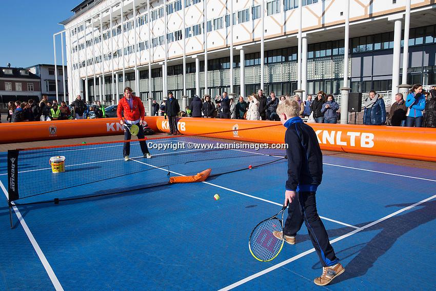 Februari 06, 2015, Apeldoorn, Omnisport, Fed Cup, Netherlands-Slovakia, Draw, Cityhall, streettennis with  Paul Haathuis<br /> Photo: Tennisimages/Henk Koster