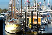 """Hausboot:DEUTSCHLAND, HAMBURG, 03.11.2005:  Hausboot , Hanseboot 2005, City Sporthafen, Cap San Diego, Überseebruecke.  Den Traum vom maritimen Wohnen auf dem Wasser bietet  die Firma Aqua Haus International mit einem neuen Entwurf eines """"floating house"""". ."""
