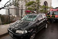ATENCAO EDITOR: FOTO EMBARGADA PARA VEICULOS INTERNACIONAIS. SAO PAULO,SP, 08 DE DEZEMBRO DE 2012 - CAPOTAMENTO AUTO - Motorista perde o controle do veiculo e capota, na Rua paranabi, bairro do Tucuruvi, zona norte da cidade, nesta tarde de sabado (8). O veiculo foi desvirado por funcionarios da obra de contrucao de um shopping center que se localiza na frente do local do acidente.Duas viaturas dos Bombeiros atenderam a ocorrencia, mas o motorista apresentava ferimentos leves e não aceitou ser levado ao hospital.FOTO RICARDO LOU - BRAZIL PHOTO PRESS