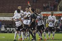 SÃO PAULO, SP, 12 DE FEVEREIRO DE 2012 - CAMPEONATO PAULISTA - PORTUGUESA x BOTAFOGO SP - Zagueiro do Botafogo SP é expulso durante partida Portuguesa x Botafogo SP válida pela 7ª rodada do Campeonato Paulista no Estádio Paulo Machado de Carvalho (Pacaembu). FOTO: LEVI BIANCO - NEWS FREE