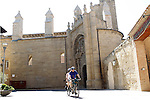 Viana.Navarra.Espana.Viana.Navarra.Spain.Dos peregrinos pasean en una bicicleta tandem frente a las ruinas de la Iglesia de San Pedro..Two pilgrims walking in a tandem bicycle in front of the ruins of the Church of San Pedro..(ALTERPHOTOS/Alfaqui/Acero)