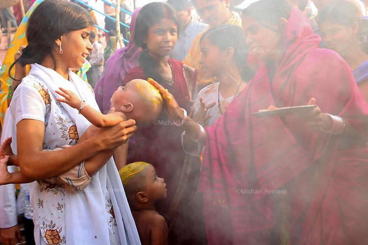 23.10.2006 Varanasi(Uttar Pradesh)<br /> <br /> Women during a puja in the main ghat.<br /> <br /> Femme pendant une puja sur le ghat principal.