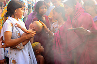 23.10.2006 Varanasi(Uttar Pradesh)<br /> <br /> Women during a puja in the main ghat.<br /> <br /> Femme pendant une puja sur le ghat principal.
