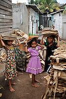Sri Lanka Colombo, garbage mountain at Bloemendhal Road, children work as rag picker / Muellberg bei der Bloemendhal Road, Kinder arbeiten als Muellsammler