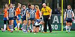 BLOEMENDAAL - HOCKEY - Hoofdklasse competitie dames. Bloemendaal-HDM (0-0). blessure bij Pien van Nes (HDM) . scheidsrechter Olaf van Gastel .   COPYRIGHT KOEN SUYK