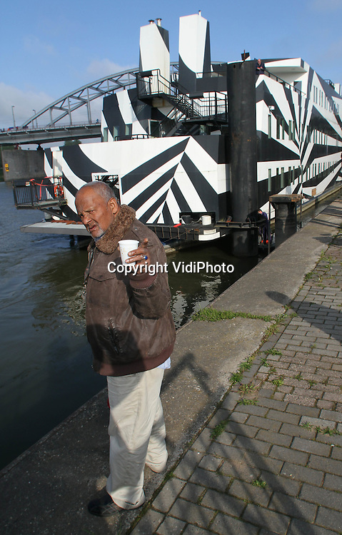 Foto: VidiPhoto..ARNHEM - De karakteristieke zwart-witgeschilderde en zeer omstreden Arnhemse drugsboot, De Boei heeft dinsdag zijn plek aan de Rijnkade definitief verlaten. De dag- en nachtopvang van Arnhemse drugsverlaafden wordt naar een haven bij Dordrecht gesleept, waar het blijft wachten op verkoop. Voor de verslaafden is opvang aan wal gevonden. De Boei heeft zes jaar als opvang gediend en in die tijd heeft de gemeente de drugsboot voor 7 miljoen euro aangepast.