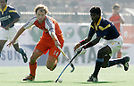 Champions Trophy Hockey: Nederland-India (5-4). Teun de Nooijer (l) in duel met William Xalco van India.