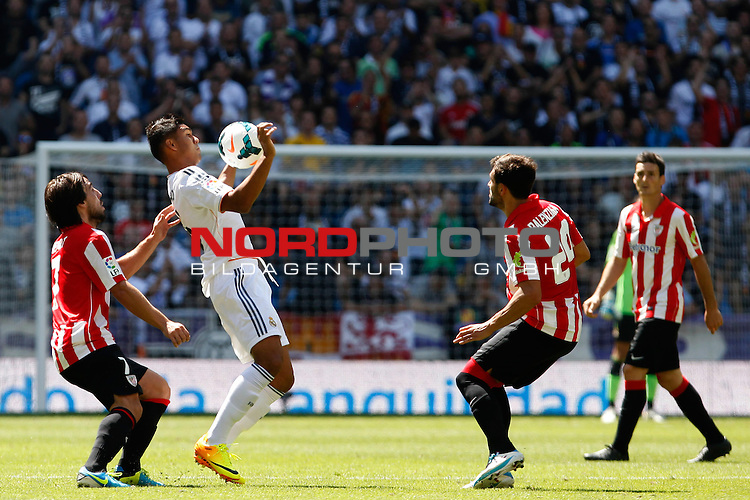 Real Madrid's Casemiro (C) and Athletic Club's Benat (L) and Balenciaga (R)during La Liga Match. September 01, 2013. Foto © nph / Caro Marin)