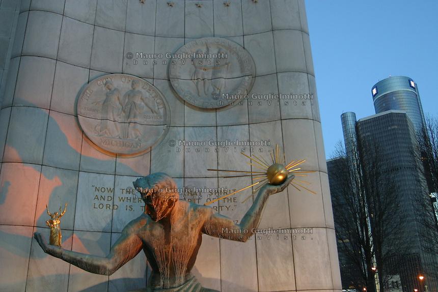 Detroit: centro amministrativo. Lo Spirito di Detroit, una scultura di bronzo ed oro. Dietro grattacieli del centro.