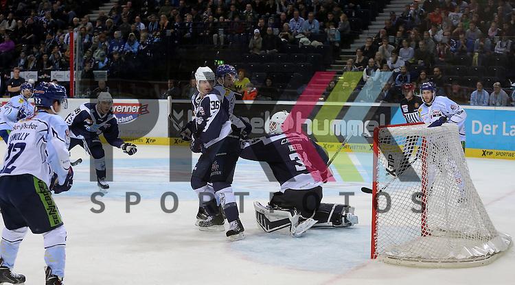 Eishockey DEL 2015 / 16 - 13.12.2015 26. Spieltag Hamburg Freezers vs. Straubing Tigers<br /> Foto: Das Tor zum 2:1 Torschuetze Ryan Bayda (Straubing)  trifft gegen Goalie Cal Heeter (Hamburg, mitte) Mathieu Roy (Hamburg, m) und David Wolf (Hamburg) schauen enttaeuscht zu<br />  <br /> <br /> Foto &copy; PIX-Sportfotos *** Foto ist honorarpflichtig! *** Auf Anfrage in hoeherer Qualitaet/Aufloesung. Belegexemplar erbeten. Veroeffentlichung ausschliesslich fuer journalistisch-publizistische Zwecke. For editorial use only.