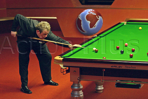 20 April 2005: English player Stephen Lee plays a shot during his first round match against Drago at the Embassy World  Snooker Championships held at the Crucible Theater, Sheffield. Photo: Neil Tingle/Action Plus..050420