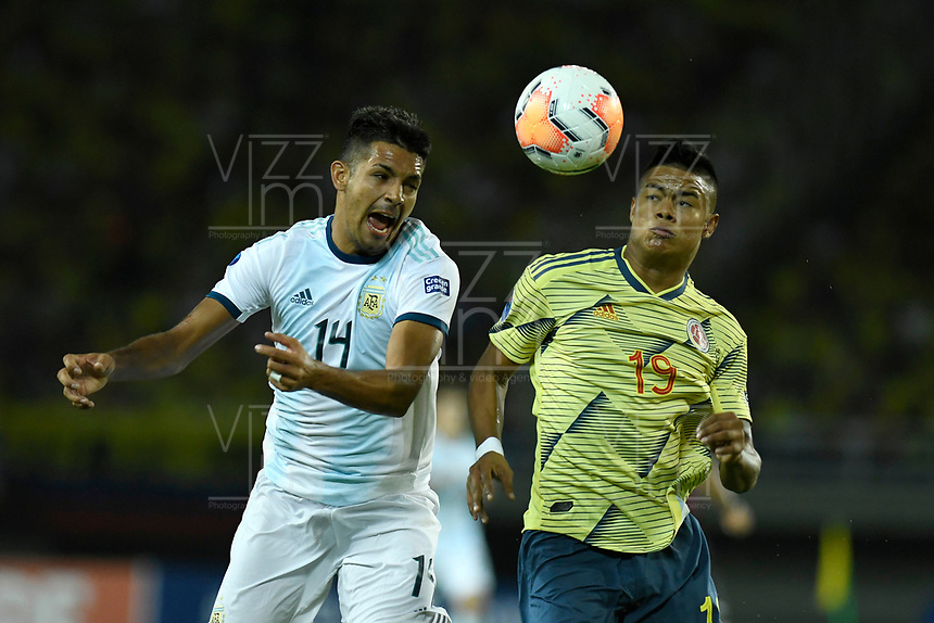 PEREIRA - COLOMBIA, 18-01-2020: Luis Sandoval de Colombia disputa el balón con Facundo Medina de Argentina durante partido entre Colombia y Argentina por la fecha 1, grupo A, del CONMEBOL Preolímpico Colombia 2020 jugado en el estadio Hernán Ramírez Villegas de Pereira, Colombia. /  Luis Sandoval of Colombia fights the ball with Facundo Medina of Argentina during the match between Colombia and Argentina for the date 1, group A, for the CONMEBOL Pre-Olympic Tournament Colombia 2020 played at Hernan Ramirez Villegas stadium in Pereira, Colombia. Photo: VizzorImage / Julian Medina / Cont