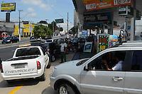 SAO BERNARDO, 07 DE MARCO DE 2012 - FILA EM POSTO DE COMBUSTIVEL - Consumidores fazem fila para abastecer em posto na Avenida Senador Vergueiro, em Sao Bernardo do Campo, ABC. O posto é um dos únicos a ter combustível na região.  FOTO: ALEXANDRE MOREIRA - BRAZIL PHOTO PRESS