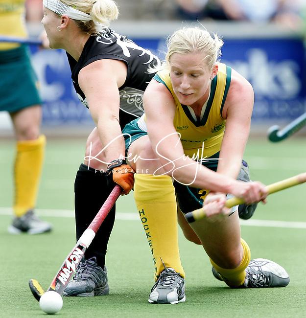 AMSTELVEEN -De Australische Sarah Taylor probeert, gehinderd door Stacey Carr een schot op doel,  zondag tijdens de wedstrijd Australie-Nieuw Zeeland om de Rabo Champions Trophy 2006 in Amstelveen. ANP PHOTO KOEN SUYK