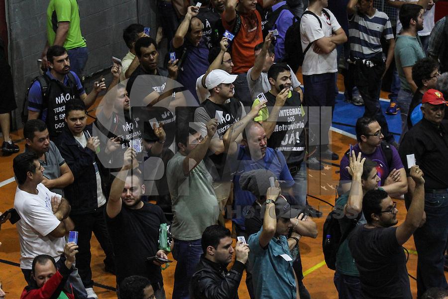 SÃO PAULO, SP, 26.05.2015 - GREVE-SP - Assembleia dos metróviarios na sede do Sindicato da categoria, no Tatuapé, zona leste da capital paulista, nesta terça-feira.Na semana passada, funcionários do Metrô e da CPTM aprovaram a greve a partir de amanhã, 27.As duas categorias fazem assembleias e avaliam se mantêm a decisão. Enquanto metroviários reividicam 18,64% e os engenheiros 17,01%, a Companhia do Metropolitano (Metrô) ofereceu 7,21%, referente à variação acumulada do IPC-Fipe. (Foto: Marcos Moraes / Brazil Photo Press)
