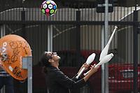 CAMPINAS, SP, 10.08.2019: RUA-SP - Artista de rua faz malabarismo em semaforo de Campinas, neste sábado (10). (Foto: Luciano Claudino/Código19)