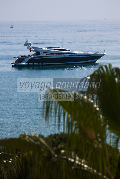 Europe/France/Provence-Alpes-Côte d'Azur/06/Alpes-Maritimes/Cannes: Yacht devant l'Hôtel  Carlton sur La Croisette