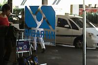 SAO PAULO, SP, 20 AGOSTO 2012 - TAXI AEROPORTO ESPERA - Fila de taxitas em frente ao Aeroporto de Congonhas na regiao sul da capital paulsita, usuarios reclamam de ate 45 minutos em fila aguardando disponibilidade do servico, nesta segunda-feira, 20 .(FOTO: MARCELO FONSECA / BRAZIL PHOTO PRESS).