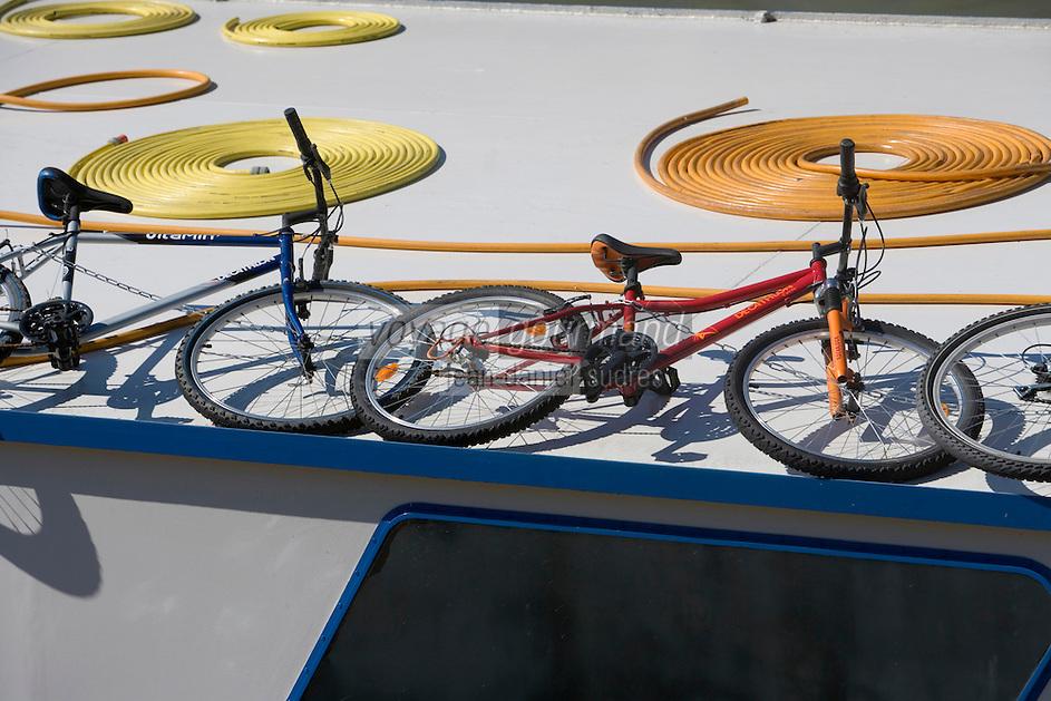 Europe/France/Rhône-Alpes/69/Rhône/Lyon: Détail bicyclette sur un bateau de tourisme fluvial sur les quais de Saône
