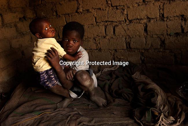 13-arige Evance Mulele och hans lillasyster Florence i deras lilla hus i Blantyre, Malawi. Deras foraldrar dog i Aids och nu ar Evance den som ar som skoter hushallet.