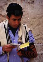 ISRAELE  Gerusalemme Preghiera al Muro del Pianto, lettura torah, con filatteri e tallit