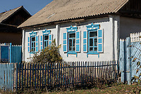 Holzhaus in Dorf n&ouml;rdlich des  Issyk Kul See, Kirgistan, Asien<br /> wooden house in village north of of Issyk Kul Lake, Kirgistan, Asia