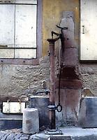 Riquewihr: Quaint water pump.