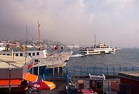 Türkei, Fähre vor Eminönü am Goldenen Horn in Istanbul