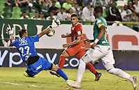 PALMIRA - COLOMBIA, 08-02-2020: David Gonzalez arquero del Cali detiene un disparo de gol de Carlos Sierra del América durante el partido entre Deportivo Cali y América de Cali por la fecha 4 de la Liga BetPlay DIMAYOR I 2020 jugado en el estadio Deportivo Cali de la ciudad de Palmira. / David Gonzalez goalkeeper of Cali stops a goal ball from Carlos Sierra of America during match between Deportivo Cali and America de Cali for the date 4 as part of BetPlay DIMAYOR League I 2020 played at Deportivo Cali stadium in Palmira city . Photo: VizzorImage / Gabriel Aponte / Staff