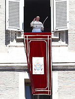Papa Francesco saluta i fedeli prima di recitare la preghiera del &quot;Regina Coeli&quot; dalla finestra del Palazzo Apostolico affacciata su piazza San Pietro, Citt&agrave; del Vaticano, 17 aprile 2017.<br /> Pope Francis waves as he arrives to lead the Regina Coeli prayer from the window of the apostolic palace overlooking St Peter's square at the Vatican, on April 17 2017.<br /> UPDATE IMAGES PRESS/Isabella Bonotto<br /> <br /> STRICTLY ONLY FOR EDITORIAL USE