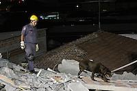 GUARULHOS, SP - 05-12-13 - DESABAMENTO DE PRÉDIO DE 5 ANDARES NA CIDADE DE GUARULHOS/SP. Equipes do Corpo de Bombeiros continuam buscas a possível vítima. Foto: Geovani Velasquez / Brazil Photo Press