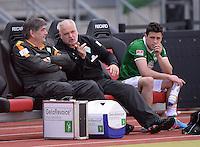 Fussball 1. Bundesliga   Saison  2012/2013   34. Spieltag   1. FC Nuernberg - SV Werder Bremen       18.05.2013 Werder Bremen Bank; Physiotherapeut Holger Berger, Zeugwart Fritz Munder und Zlatko Junuzovic (v.li.)