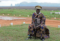 "ANGOLA Malanje, local village leader ""Zumbe"", who also deals with the land of the community,  in front of farm Black Stone of GESTERRA a angolian agency which develops large farms with investors / ANGOLA Malanje, lokaler Dorfchef ""Zumbe"", der fuer Verteilung des Landes in seiner Gemeinde zustaendig ist, sitzend vor einer Farm der angolanischen Agentur Gesterra, die den Ausbau von Grossfarmen mit Investoren in Angola foerdert"
