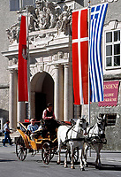 Oesterreich, Salzburger Land, Salzburg: Mit dem Fiakerl durch die Altstadt, vor der Residenz | Austria, Salzburger Land, Salzburg: A Fiaker ride through Down Town in front of Residence