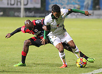 BOGOTA -COLOMBIA- 2 -09-2013. Freddy Hinestroza ( Der) de La Equidad FC disputa el balon contra John Cordoba (Izq) del Cucuta Deportivo ,  partido correspondiente a la octava  fecha de la  Liga Postobon segundo semestre disputado en el estadio de Techo     /  Equidad FC Freddy Hinestroza ( R) dispute the ball against Deportivo Cucuta John Cordoba  (L) , game for the eighth day of the second semester Postobon League match at the Techo Stadium .Photo: VizzorImage / Felipe Caicedo / Sttaff