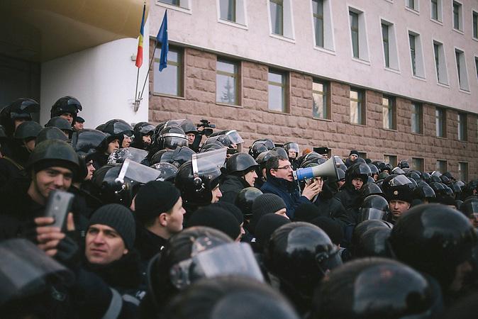 Oppositionsf&uuml;hrer Renato Usatii spricht zu den Demonstranten. Zehntausende demonstrieren gegen die neue Regierung in Chisinau, Republik Moldau. / <br />Renato Usatii, leader of the opposition, speaking to the protesters. Tens of thousands protest against the new government in Chisinau, Republic of Moldova.