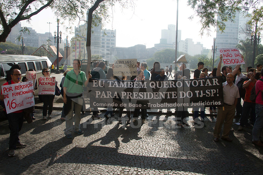 SAO PAULO 18 DE JULHO DE 2013 - Manifestantes protestam em frente ao Palacio da Justiça na manhã desta sexta-feira. O ato é realizado pela revogação do novo horario de trabalho e em defesa das reivindicações dos judiarios  (Foto: Amauri Nehn/Brazil Photo Press)