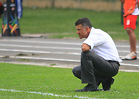 FLORIDABLANCA -COLOMBIA, 03-08-2014.  Juan Carlos Osorio técnico de Atlético Nacional analiza el juego durante el encuentro contra Alianza Petrolera por la fecha 3 de la Liga Postobon II 2014 disputado en el estadio Alvaro Gómez Hurtado de la ciudad de Floridablanca./ Juan Carlos Osorio coach of Atletico Nacional analyzes the game during match against Alianza Petrolera for the 3th date of the Postobon League II 2014 played at Alvaro Gomez Hurtado stadium in Floridablanca city Photo:VizzorImage / Duncan Bustamante / STR