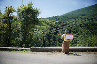 Joda by the roadside sharing some 'Force'<br /> <br /> 2014 Tour de France<br /> stage 13: Saint-Eti&egrave;nne - Chamrousse (197km)