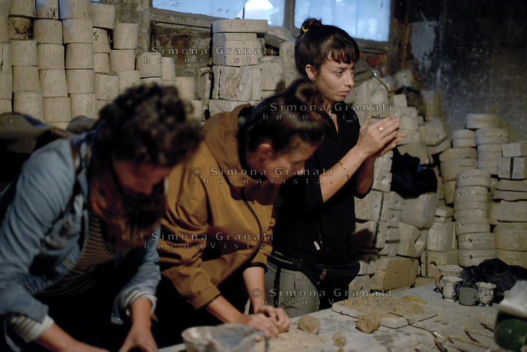 AIN DRAHAM, TUNISIA - SETTEMBRE 22:Atelier dell'artista della ceramica Adda Hizaoui che ha scelto di riattivare la vecchia fabbrica di famiglia con metodi tradizionali.<br /> Laboratorio di ceramica con turisti