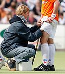 BLOEMENDAAL - Fysio Irene Kuyper met een geblesseerde speler. Hockey play offs Bl'daal-Rotterdam. COPYRIGHT KOEN SUYK