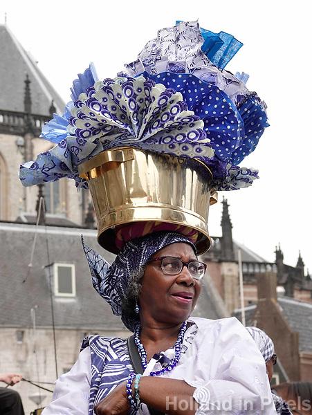 Nederland  Amsterdam - 2018.  Memre Waka optocht door de stad. Op 1 juni wordt in Amsterdam met de herdenkingstocht Memre waka de jaarlijkse Keti koti-maand geopend, die op 1 juli eindigt met de viering van de afschaffing van de slavernij (1 juli 1863). Deze mars wordt georganiseerd door stichting Eer en Herstel en vereniging Opo Kondreman, in samenwerking met onder meer NINSEE en de Black Heritage Tours. De dresscode voor deze dag is blauw/wit.  Foto mag niet in negatieve / schadelijke context gebruikt worden.   Foto Berlinda van Dam / Hollandse Hoogte.