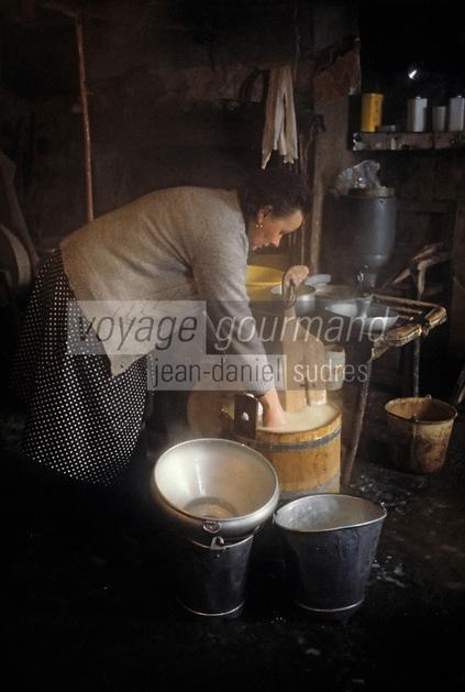 Europe/France/Auvergne/63/Puy-de-Dôme/Saint-Nectaire: Fabrication du Saint-Nectaire [Non destiné à un usage publicitaire - Not intended for an advertising use] [Non destiné à un usage publicitaire - Not intended for an advertising use]<br /> PHOTO D'ARCHIVES // ARCHIVAL IMAGES<br /> FRANCE 1980