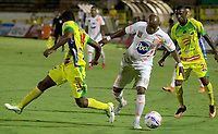 NEIVA - COLOMBIA, 13-09-2015: Carlos Riascos (Izq) y Kevin Salazar Torres (Der) del Atlético Huila disputa el balón con Nicolas Giraldo (C) del Envigado F.C. durante partido por la fecha 17 de la Liga Águila II 2018 jugado en el estadio Guillermo Plazas Alcid de la ciudad de Neiva. / Carlos Riascos (L) and Kevin Salazar Torres (R) player of Atletico Huila fights for the ball with Nicolas Giraldo (L) player of Envigado F.C. during match for the date 17 of the Aguila League II 2018 played at Guillermo Plazas Alcid in Neiva city. VizzorImage / Sergio Reyes / Cont