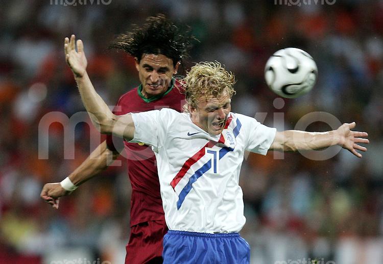 Fussball WM 2006  Achtefinale  Spiel 52 Portugal - Holland Portugal - Netherlands  Dirk KUYT (NED, r) gegen Fernando MEIRA (POR).