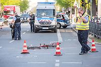 Schwerer Fahrradunfall am Donnerstag den 19. April 2018 auf der Kreuzung Koepenicker Stra&szlig;e und Skalitzerstrasse.<br /> Gegen 17.00 Uhr wurde eine Radfahrerin beim ueberqueren der Kreuzung von einem PKW ueberfahren und dabei schwer verletzt.<br /> Im Bild: Polizei ermittelt an der Unfallstelle.<br /> 19.4.2018, Berlin<br /> Copyright: Christian-Ditsch.de<br /> [Inhaltsveraendernde Manipulation des Fotos nur nach ausdruecklicher Genehmigung des Fotografen. Vereinbarungen ueber Abtretung von Persoenlichkeitsrechten/Model Release der abgebildeten Person/Personen liegen nicht vor. NO MODEL RELEASE! Nur fuer Redaktionelle Zwecke. Don't publish without copyright Christian-Ditsch.de, Veroeffentlichung nur mit Fotografennennung, sowie gegen Honorar, MwSt. und Beleg. Konto: I N G - D i B a, IBAN DE58500105175400192269, BIC INGDDEFFXXX, Kontakt: post@christian-ditsch.de<br /> Bei der Bearbeitung der Dateiinformationen darf die Urheberkennzeichnung in den EXIF- und  IPTC-Daten nicht entfernt werden, diese sind in digitalen Medien nach &sect;95c UrhG rechtlich geschuetzt. Der Urhebervermerk wird gemaess &sect;13 UrhG verlangt.]