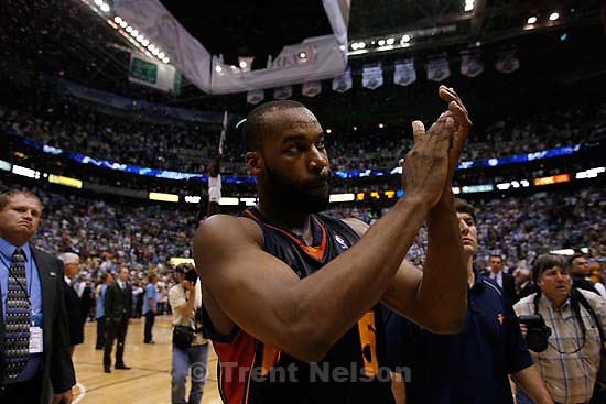 Salt Lake City - Golden State Warriors guard Baron Davis (5) claps as he walks off the court following the Jazz victory. Utah Jazz vs. Golden State Warriors, NBA Playoff basketball, Game 5, at EnergySolutions Arena.