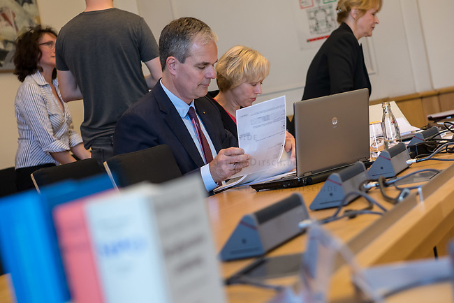 1. Sitzungstag des Berliner &quot;Amri-Untersuchungsausschuss&quot;.<br /> Am Freitag den 14. Juli 2017 konstituierte sich der sogenannte &quot;Amri-Untersuchungsausschuss des Berliner Abgeordnetenhaus. Der 1. Untersuchungsausschuss der 18. Wahlperiode will versuchen die diversen Unklarheiten im Fall des Weihnachtsmarkt-Attentaeters zu klaeren.<br /> Im Bild: Der Ausschussvorsitzende Burkard Dregger, CDU.<br /> 14.7.2017, Berlin<br /> Copyright: Christian-Ditsch.de<br /> [Inhaltsveraendernde Manipulation des Fotos nur nach ausdruecklicher Genehmigung des Fotografen. Vereinbarungen ueber Abtretung von Persoenlichkeitsrechten/Model Release der abgebildeten Person/Personen liegen nicht vor. NO MODEL RELEASE! Nur fuer Redaktionelle Zwecke. Don't publish without copyright Christian-Ditsch.de, Veroeffentlichung nur mit Fotografennennung, sowie gegen Honorar, MwSt. und Beleg. Konto: I N G - D i B a, IBAN DE58500105175400192269, BIC INGDDEFFXXX, Kontakt: post@christian-ditsch.de<br /> Bei der Bearbeitung der Dateiinformationen darf die Urheberkennzeichnung in den EXIF- und  IPTC-Daten nicht entfernt werden, diese sind in digitalen Medien nach &sect;95c UrhG rechtlich geschuetzt. Der Urhebervermerk wird gemaess &sect;13 UrhG verlangt.]
