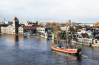 Nederland Zaandam. Boot vaart op de Zaan bij de Verkade Fabriek. Foto Berlinda van Dam